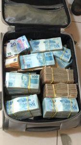 Mala com R$ 1 milhão foi apreendida em uma das casas investigada — Foto: Receita Federal/Divulgação